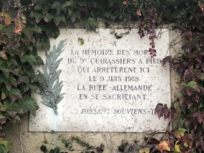 plaque en l'honneur du 9e cuirassiers sur le plateau de St Claude (France – Oise)