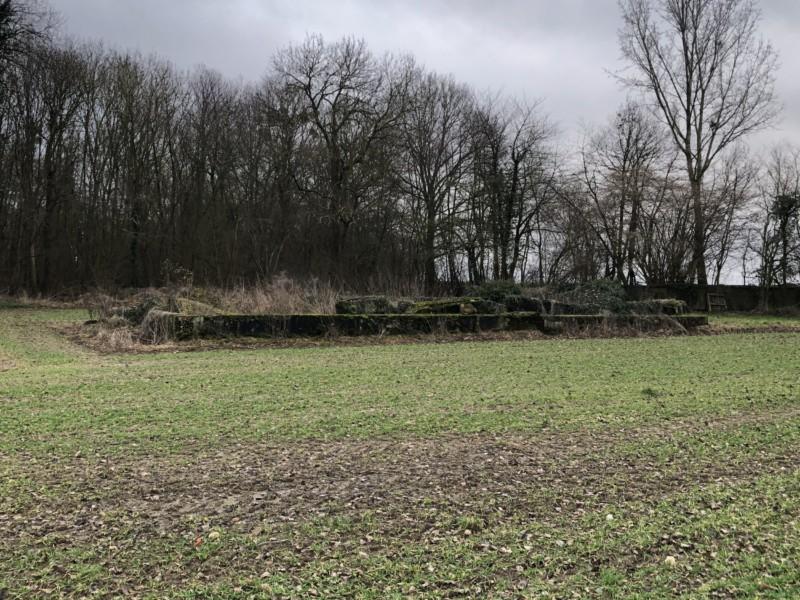 Vestige des fondations d'un bâtiment de service à Amy (France – Oise)