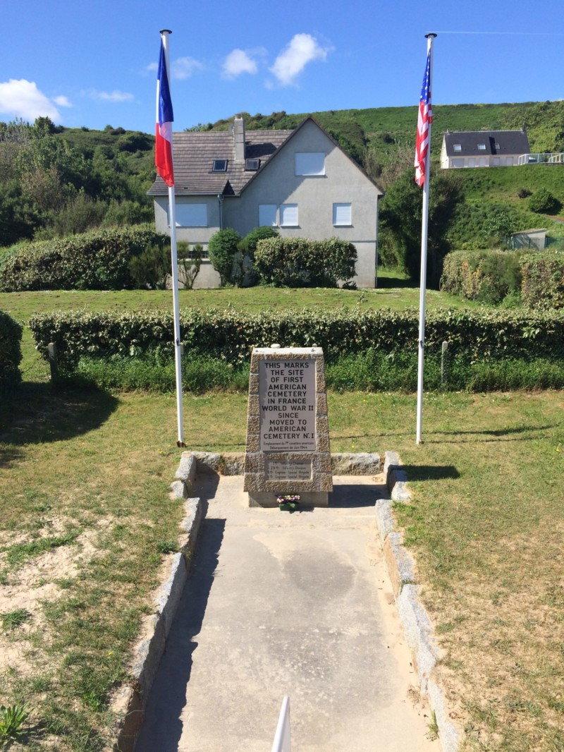 Stéle du premier cimetière américain sur OMAHA à Vierville Sur Mer (France – Calvados)