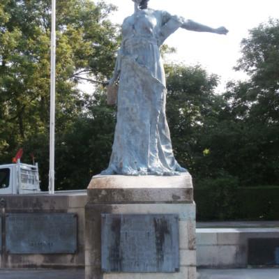 """Monument aux morts """"gueule cassée"""" de Trévières (France – Calvados)"""