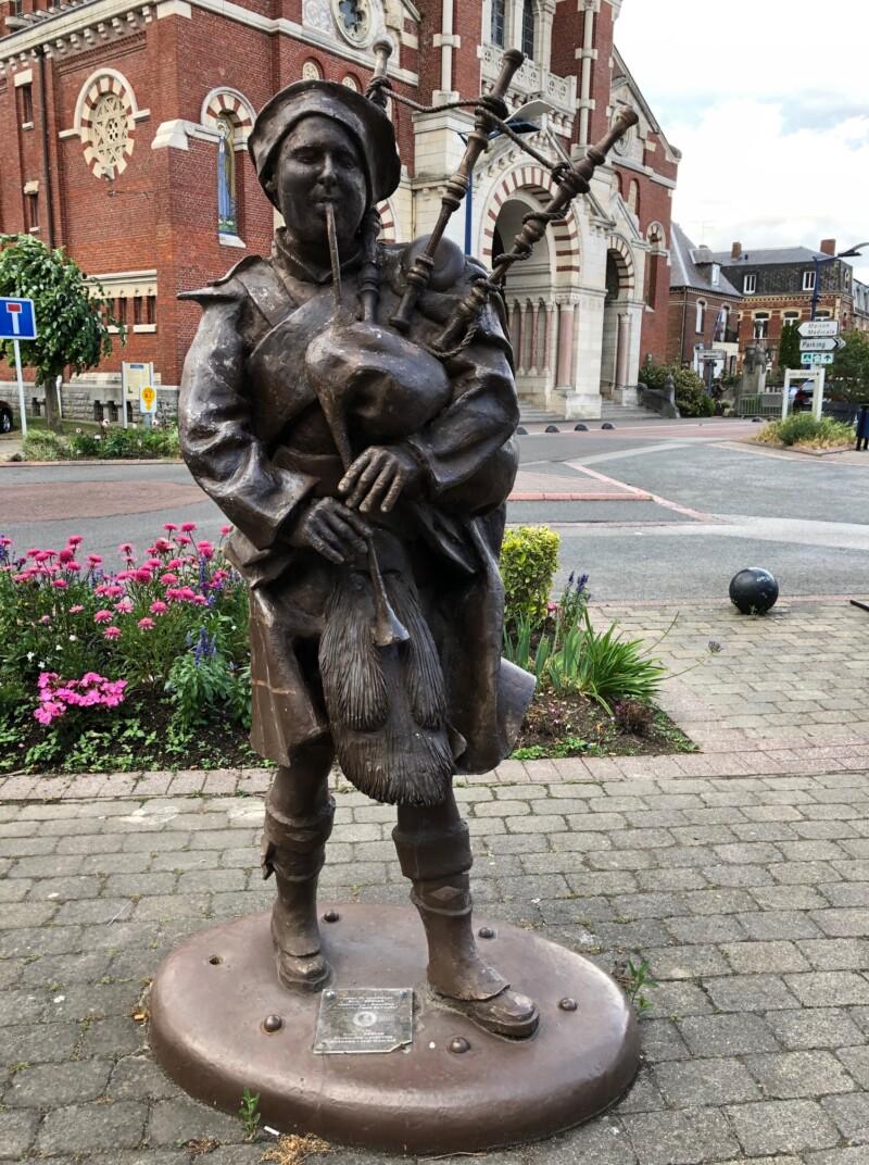 Statue d'un soldat écossais, joueur de cornemuse à Albert (France – Somme)