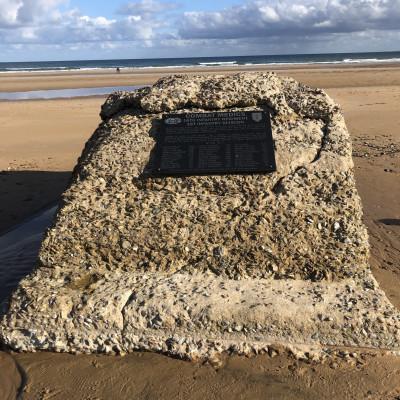 Stèle du COMBAT MEDIC sur Omaha à Colleville sur Mer (France – Calvados)