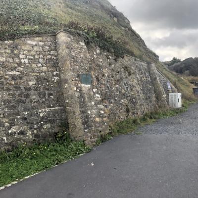 Plaque commémorative du mur anti-char du Wn72 à Vierville sur Mer (France – Calvados)